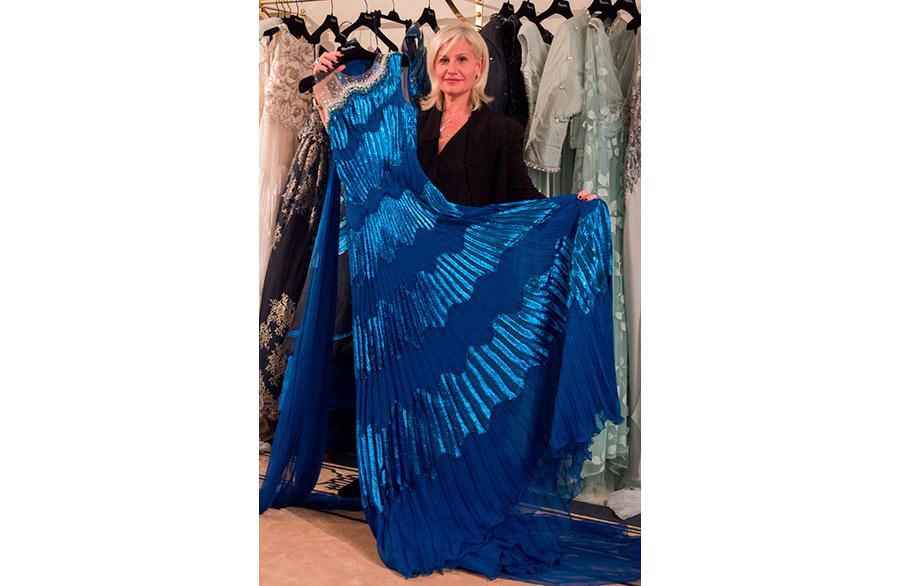 Renato-Balestra-abito-blu-ultima-collezione-mostrato da Sabrina Baldi