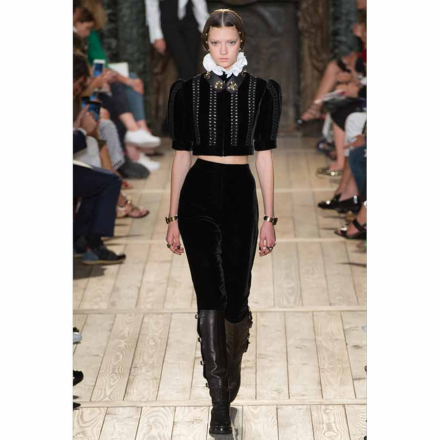 gorgiera - valentino, camicia manica a sbuffo nera in velluto decorata da gorgiera a contrasto e pantalone lungo nero in velluto portato con stivali al ginocchio
