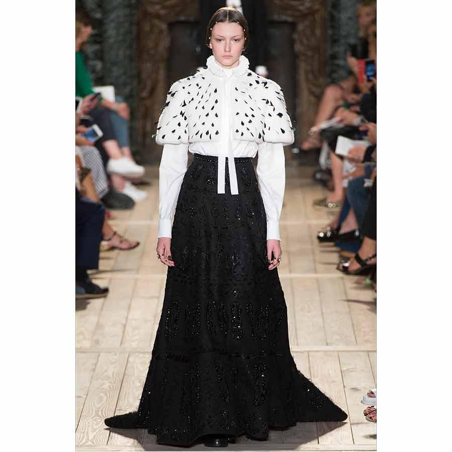 gorgiera - valentino, camicia maniche lunghe bianca, collo a gorgiera indossata con mantella in ermellino e gonna lunga nera con applicazioni