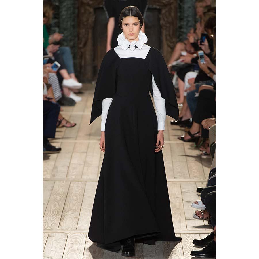Gorgiera passerella Valentino - bito austero nero e maniche bianche decorato da colletto a gorgiera bianco