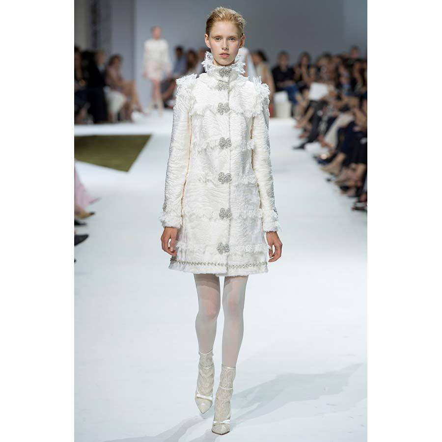 gorgiera giambattista valli - cappotto in pelliccia d'agnello bianco e collo alto a gorgiera piumato
