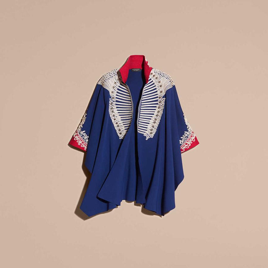 Mantella blu con richiami al collo rosso e disegni in bianco, con forti richiami stile militare, Burberry