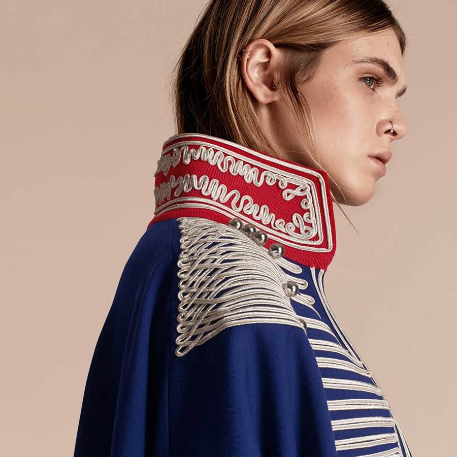 Mantella blu con richiami al collo rosso e disegni in bianco, con forti richiami stile militare, Burberry - particolare dei ricami su collo e spallina