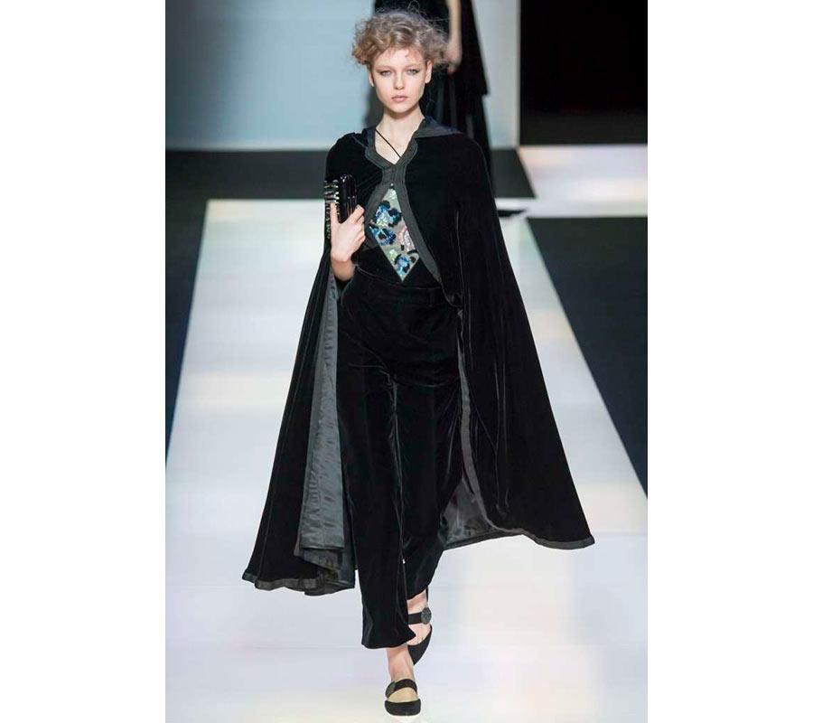 Mantella in velluto nero dalle sfilate di Armani