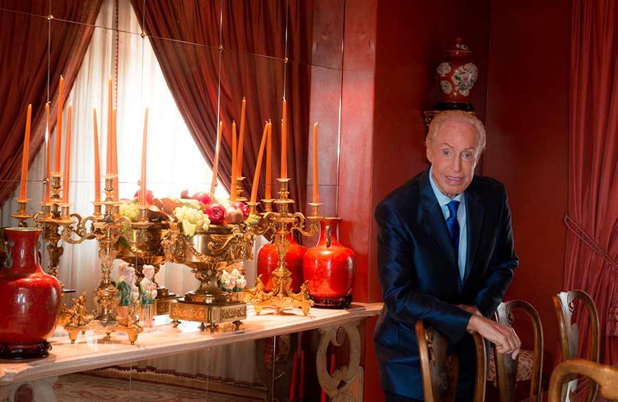 Renato Balestra posa per Orazio Castaldi in esclusiva per The Ducker Magazine nel soggiorno del suo attico di Roma