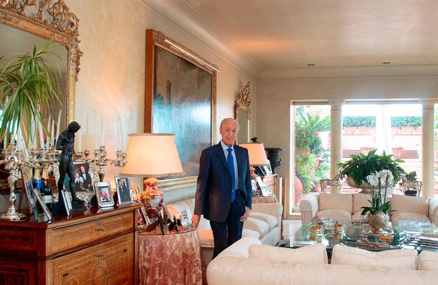 Renato Balestra posa per Orazio Castaldi in esclusiva per The Ducker Magazine nel salotto del suo attico di Roma