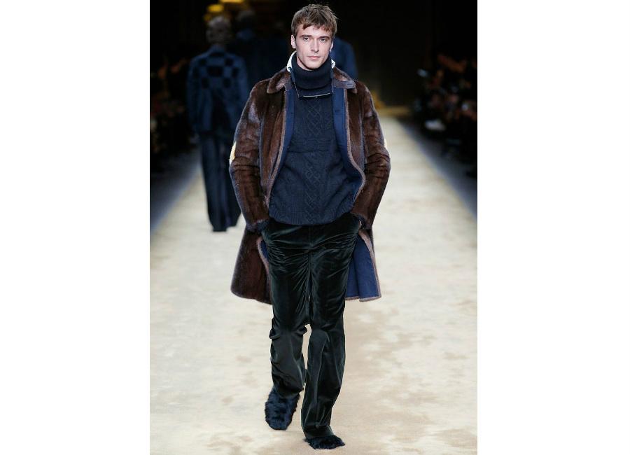 maglione: a-i-2016-2017_-fendi_-dolcevita-blu-trecce-portato-con-pelliccia-di-castoro-e-pantaloni-in-velluto