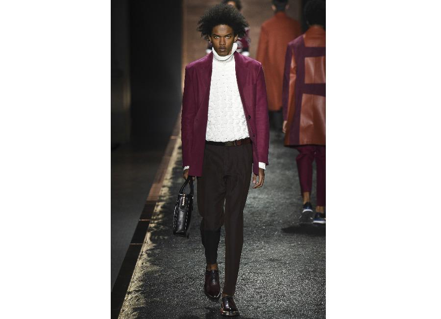maglione: a-i-2016-2017_berluti_dolcevita-bianco-treccia-portato-con-giacca-porpora-e-pantalone-elegante-credits-berruti