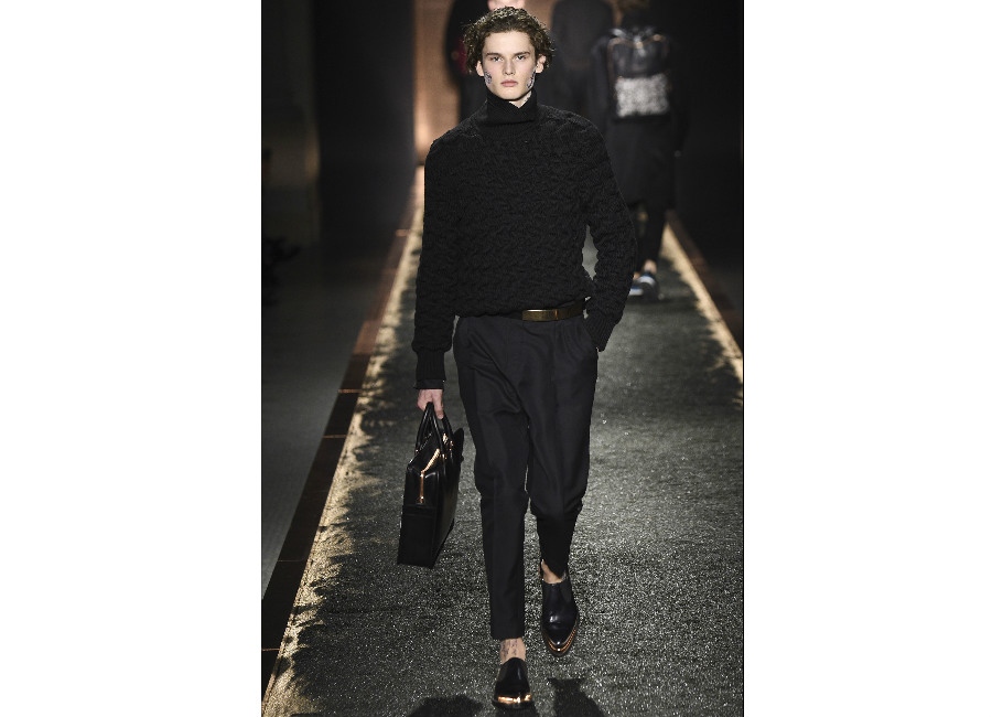 maglione: a-i-2016-2017_berluti_dolcevita-nero-portato-con-pantalone-elegante-e-cintura-con-fibbia-metallica-credits-berruti
