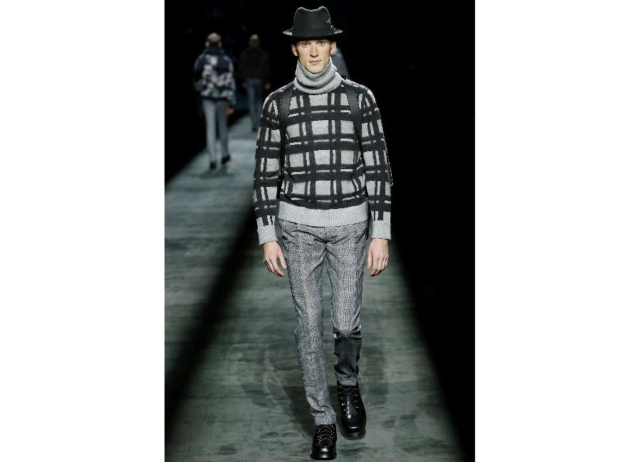 maglione: a-i-2016-2017_brioni_-maglione-ghiaccio-motivo-check-portato-con-pantalone-elegante-e-boots-da-scalatore-stringati-credits-brioni