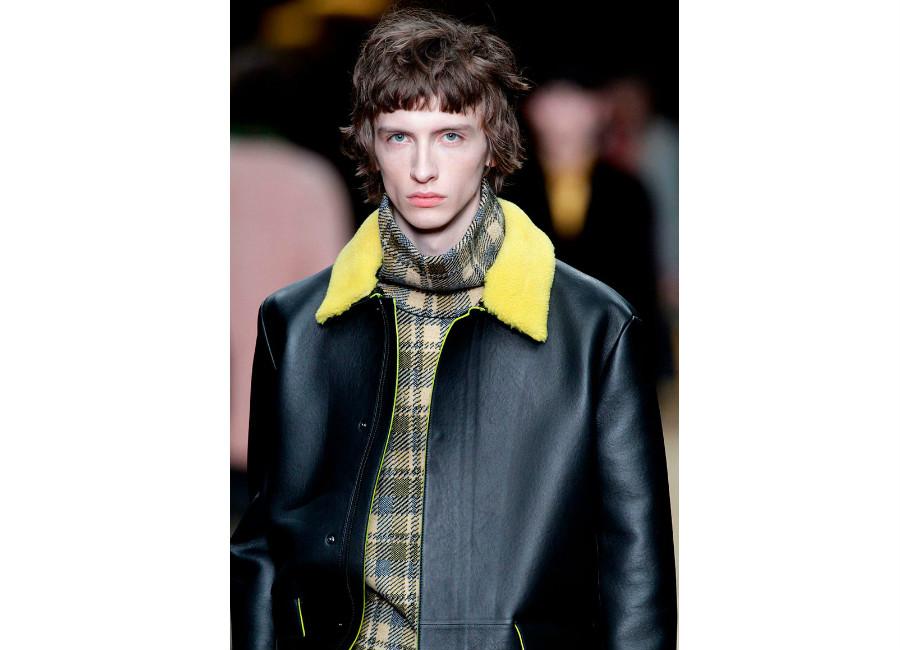 maglione: a-i-2016-2017_fendi_dolcevita-quadri-crema-portato-con-giacca-in-pelle-e-collo-in-shearling