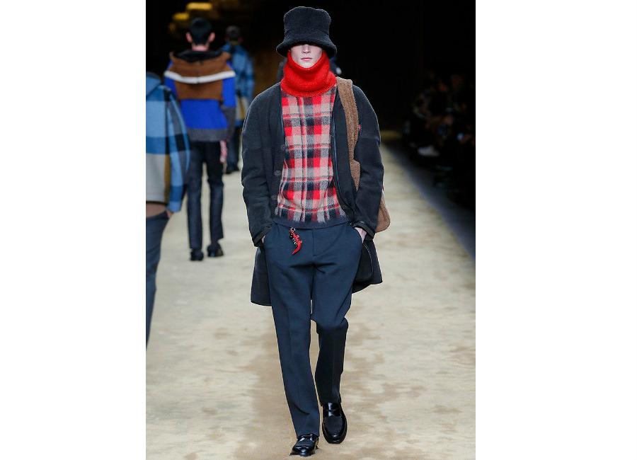 maglione: a-i-2016-2017_fendi_dolcevita-quadri-rosso-e-blu-portato-con-giaccone-scamosciato