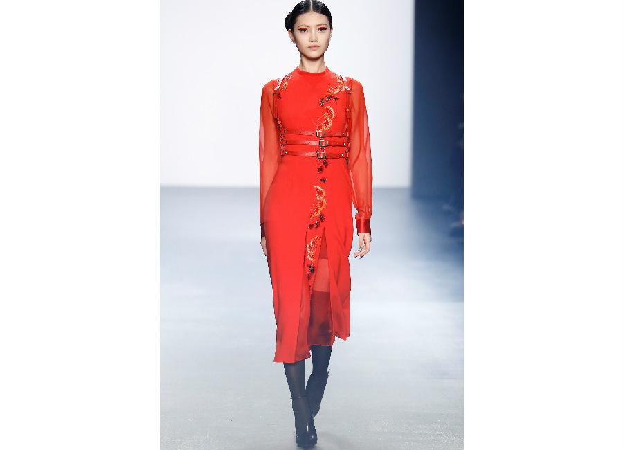 natale-bibhu-mohpatra_-abito-kimono-in-rosso-vermiglio-decorato-con-fiori-e-elementi-naturali
