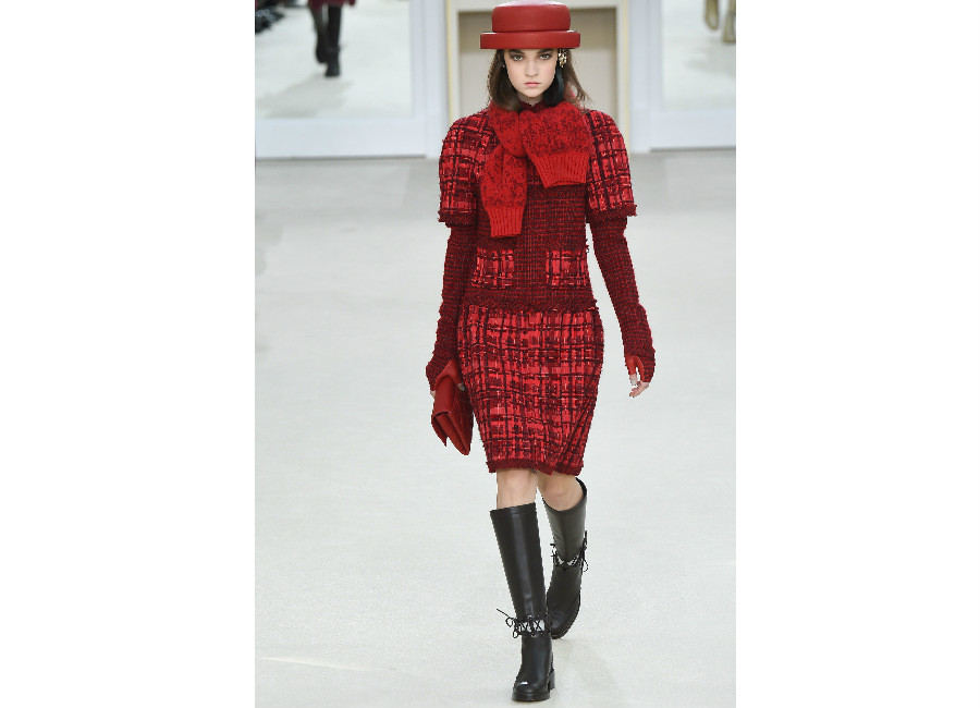 natale-chanel_-tailleur-in-tweed-rosso-burgundy-con-manica-lunga-e-gonna-al-ginocchio