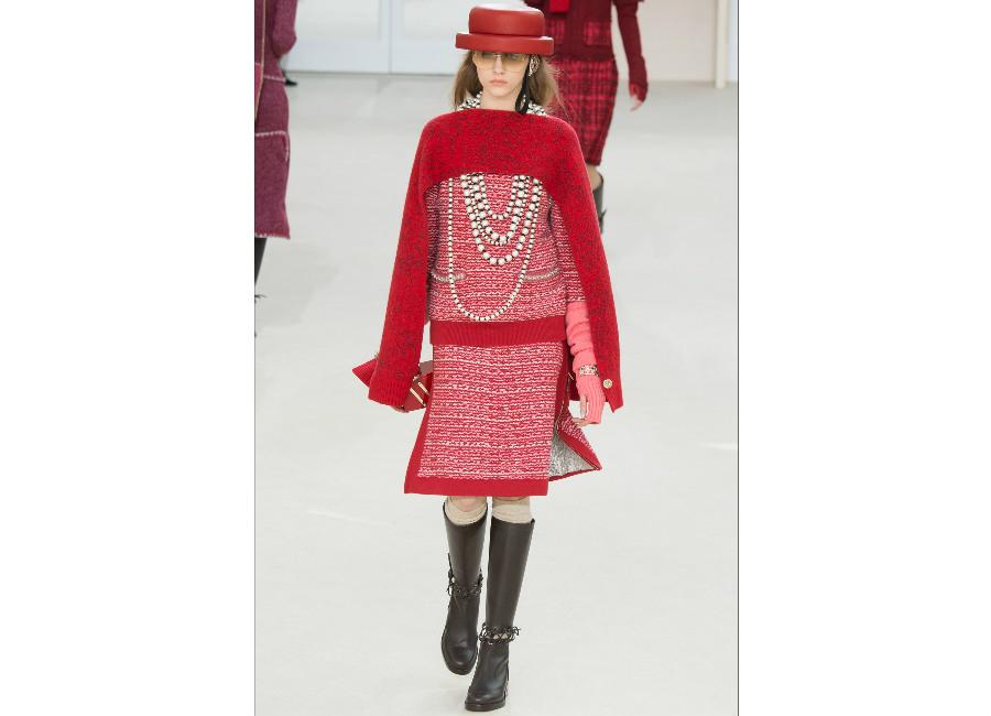 natale-chanel_-tailleur-in-tweed-rosso-versione-rivisitata-con-gonna-e-maglione