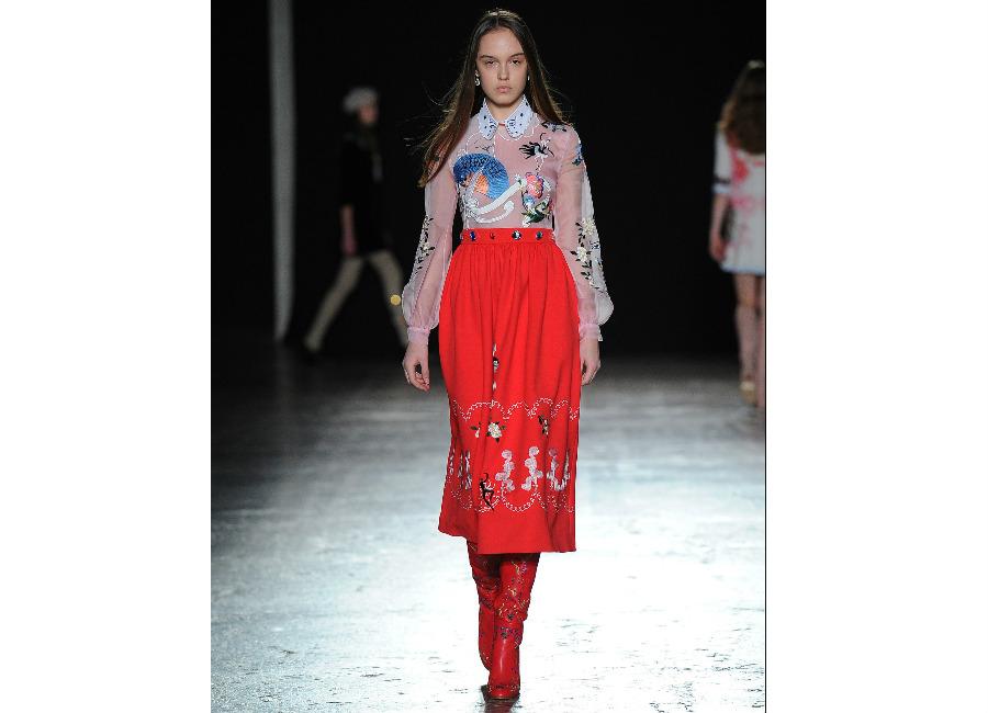 natale-vivetta_-gonna-lunga-sotto-al-ginocchio-rosso-vermiglio-con-camicia-rosa-e-colletto-bianco-e-motivi-floreali-applicati