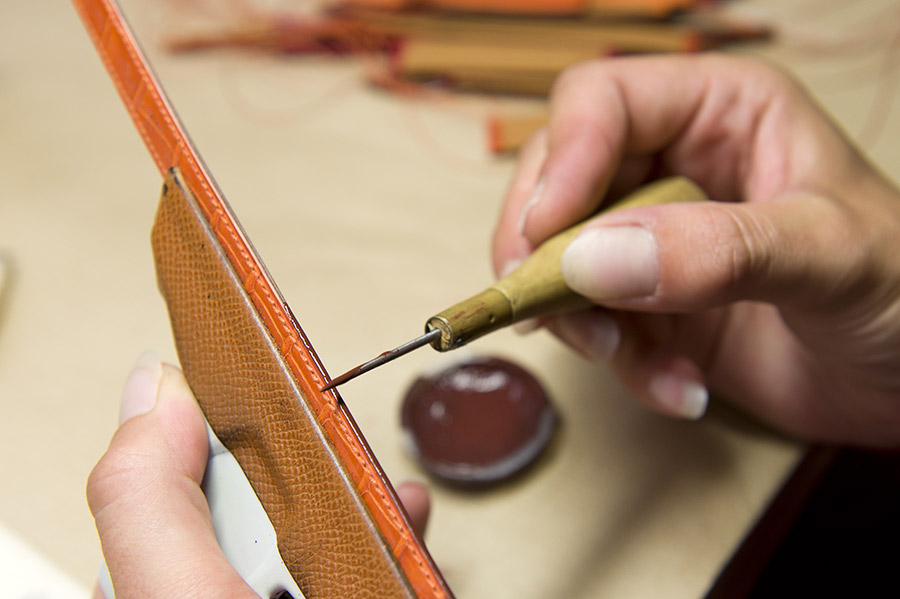 cape-cod-di-hermes-leather-strap-workshop_7