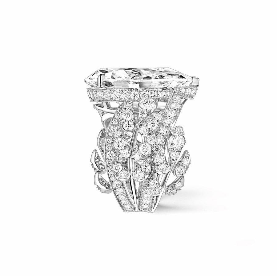 chaumet-anello-offrandes-dete-oro-bianco-diamante-taglio-pera-vista-laterale