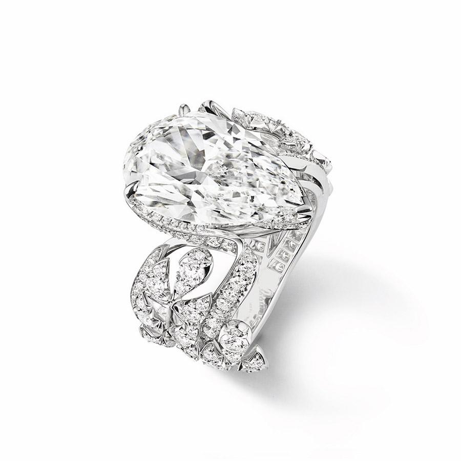 chaumet-anello-offrandes-dete-oro-bianco-diamante-taglio-pera-vista-terzi