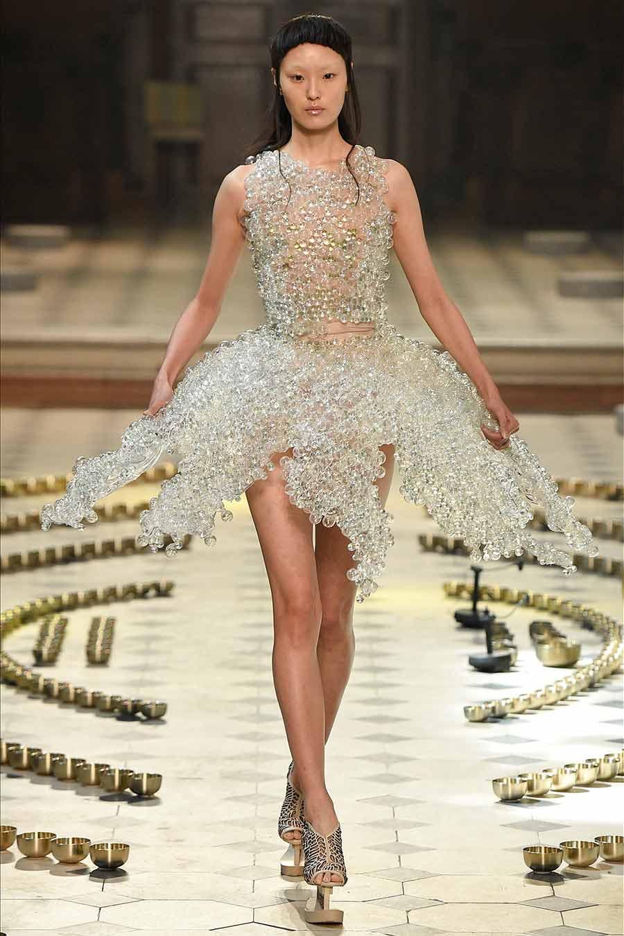 cristalli-look-iris-van-herpen-abito-ballerina-con-200-boule-vetro-foto1
