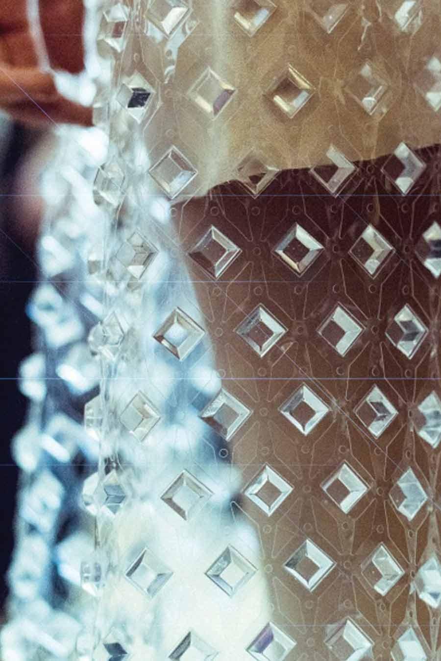 cristalli-look-iris-van-herpen-abito-trasparente-lungo-cristalli-dettaglio-foto-3