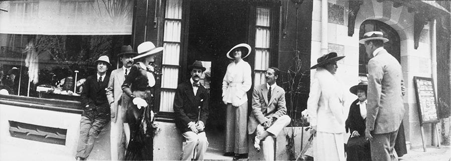 coco avant chanel-Chanel davanti alla boutique di Deauville, Arthur Capel, Boy è alla sua destra. 1913 © DR
