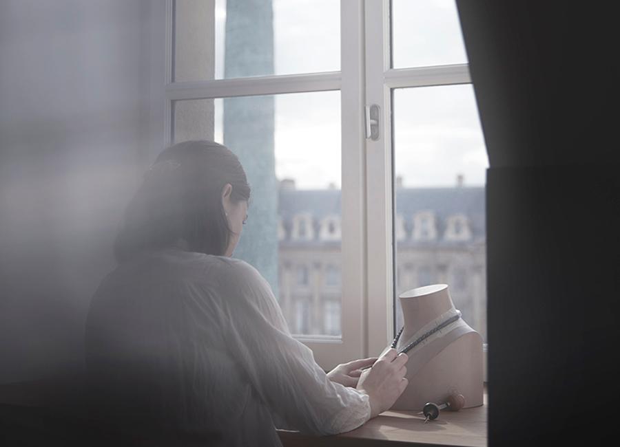 Coco Avant Chanel-orafo al lavoro nell'atelier di alta gioielleria della Maison, proprio sopra la boutique al n. 18 di Place Vendôme