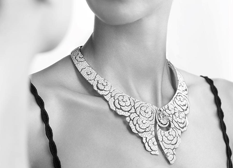 """Coco avant Chanel - Collana """"Gabrielle Chanel"""" in oro bianco 18 carati con un diamante taglio a pera di 10,02 carati, 2 diamanti taglio rotondo per un totale di 0,71 carati e 1581 diamanti taglio brillante per un totale di 51,22 carati."""