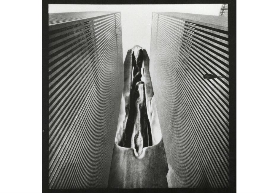 Francesco Somaini_Farfalla della solitudine-scultura-legamento tra due grandi edifici-1974