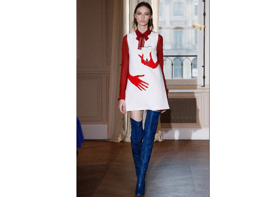 haute couture-Foto1_ Elsa Schiaparelli _Haute Couture Primavera Estate 2017_abitino stile 60s bianco al ginocchio con mani rosse disegnate portato con cuissard blu elettrico
