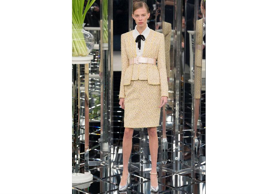 haute couture-Foto1_Chanel_ Haute Couture Primavera Estate 2017_tailleur tweed giallo crema fermato in vita da cintura alta e camicia bianca con fiocco nero