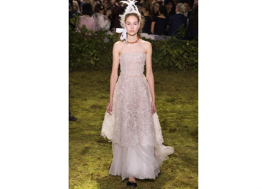 haute couture-Foto1_Dior_ Haute Couture Primavera Estate 2017_abito bianco scollatura dritta in voile e pizzo ricamato sovrapposto