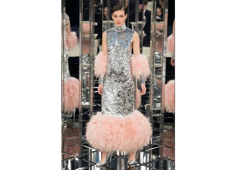 haute couture-Foto2_ Chanel_ Haute Couture Primavera Estate 2017_abito paillettes metallizzato e dettagli di piuma di maribù rosa