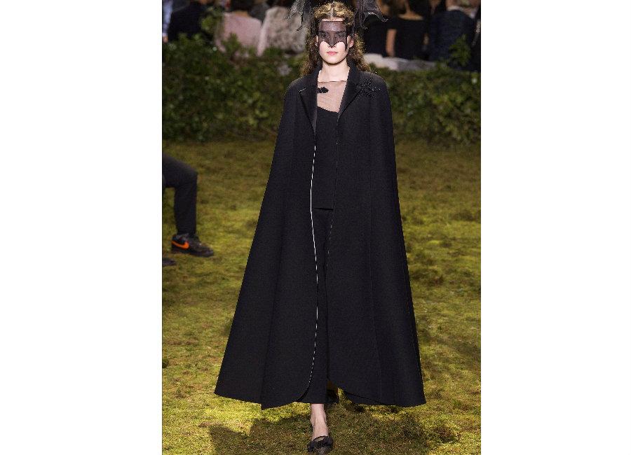 haute couture-Foto2_ Dior_ Haute Couture Primavera Estate 2017_completo nero con ampia cappa e mascherina in crinolina
