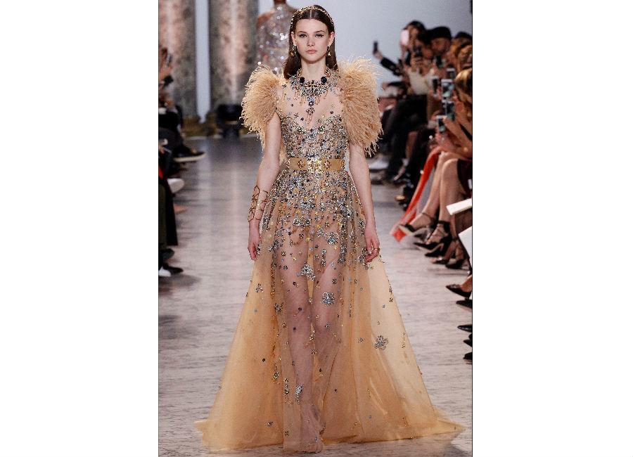 haute couture-Foto2_ ElieSaab_ Haute Couture Primavera Estate 2017_abito voile trasparente impreziosito da cristalli, applicazioni e dettagli di piuma sulle spalle