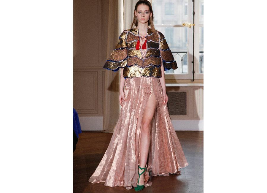 haute couture-Foto3_ Elsa Schiaparelli _Haute Couture Primavera Estate 2017_abito lungo lucido in damasco rosa portato con giacca in broccato dorato