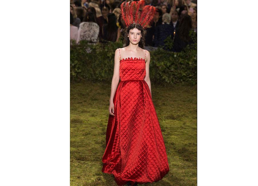 haute couture-Foto3_ Dior_ Haute Couture Primavera Estate 2017_vestito rosso acceso matelassé
