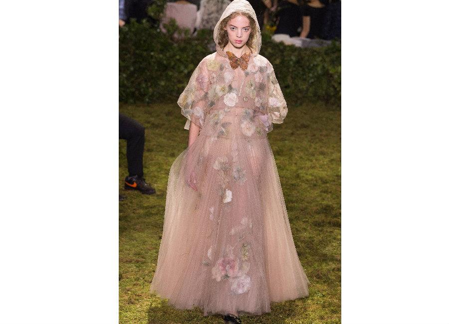 haute couture-Foto4_ Dior_ Haute Couture Primavera Estate 2017_abito in tulle con fiori e applicazioni portato con mantellina ton sur ton