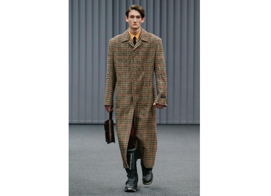 Parigi-Balenciaga_cappotto lungo a quadri dal taglio dritto e manica ampia