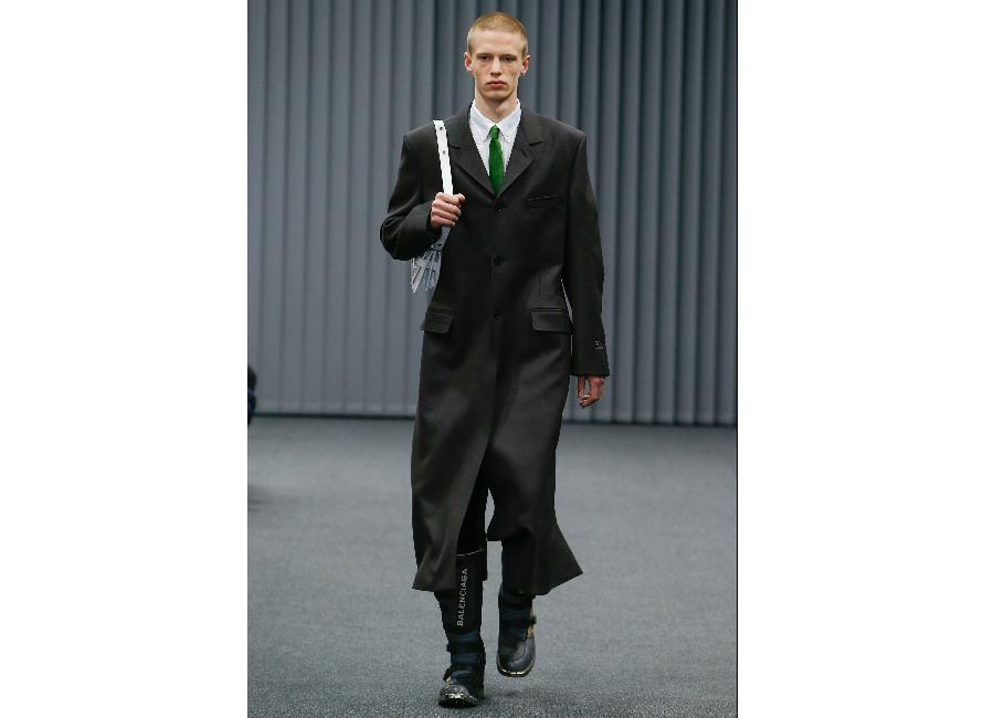 Parigi-Balenciaga_cappotto lungo grigio antracite