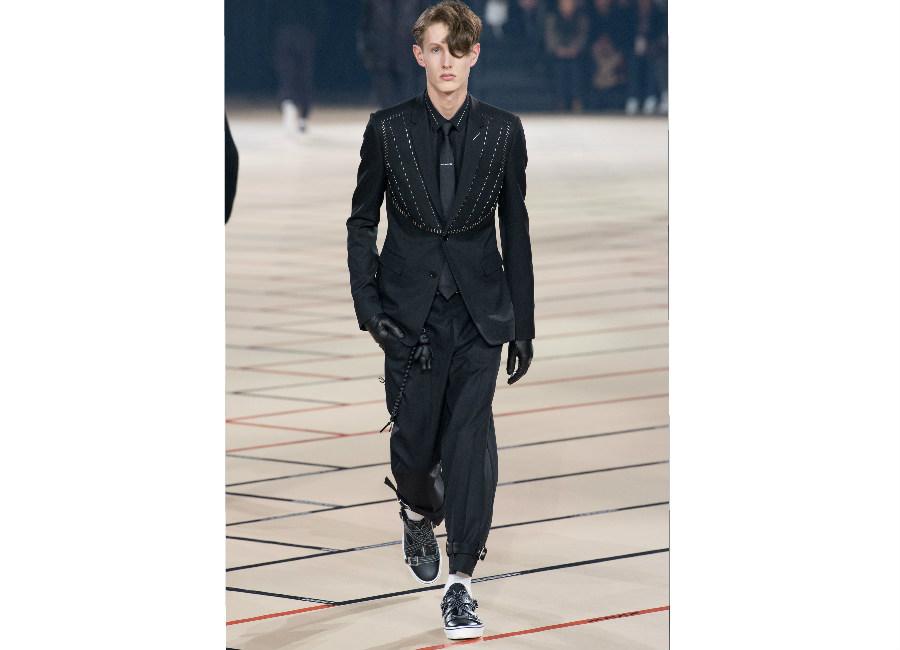 Parigi-DiorHomme_completo nero antracite portato con cravatta nera ton sur ton