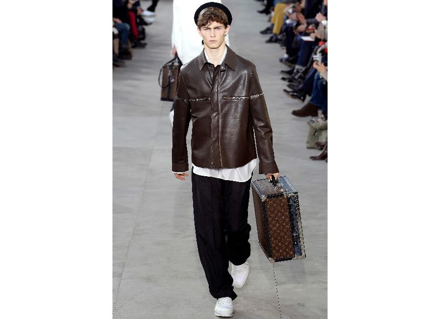 Parigi-LouisVuitton_giacca in pelle lucida e pantalone morbido
