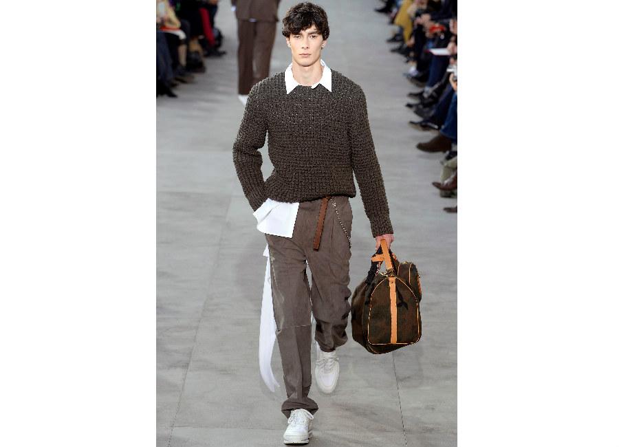 Parigi-LouisVuitton_maglione tricot color fango portato con pantaloni morbidi