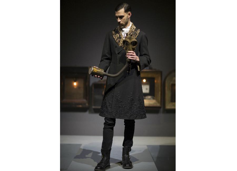 antonio marras-cappotto arricchito da elementi ornamentali e cristalli, collo in pelliccia_credits antonio marras