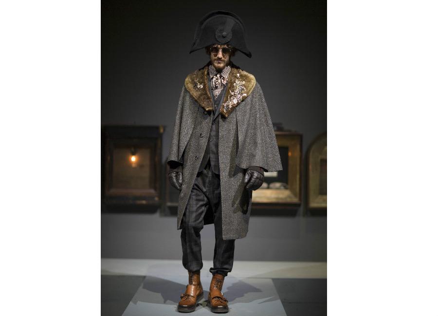 antonio marras-cappotto manica ampia e collo in pelliccia arricchito da decori ricamati portato con cappello napoleonico e completo scozzese