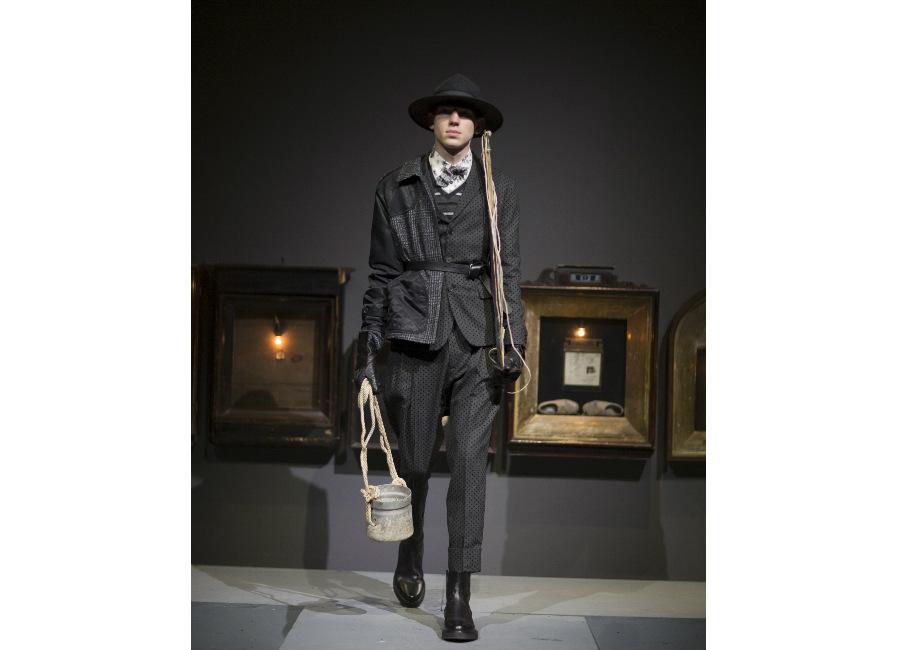 antonio marras-completo pois portato con giacca scozzese e guanti in pelle