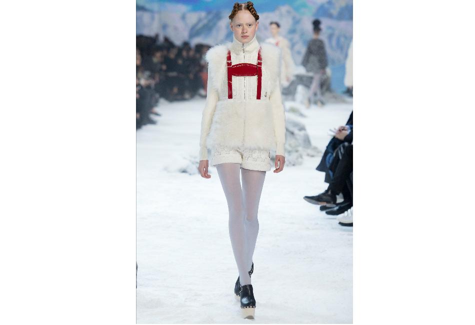 montagna-moncler-maglioncino-bianco-dolcevita-con-elementi-in-pelliccia-e-bretelle-rosse
