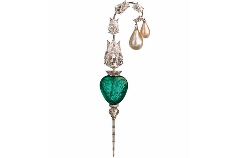 viren-bhagat-spilla-con-uno-smeraldo-inciso-4-diamanti-taglio-pera-e-perle-foto-12