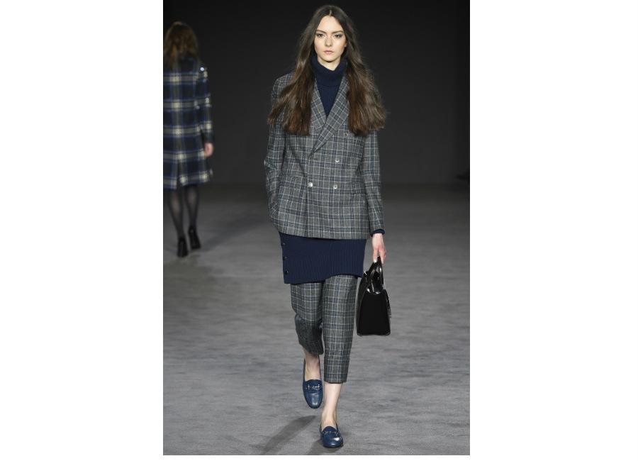 London Fashion Week-Daks F/W 2017-2018_giacca doppiopetto portata con pantalone alla caviglia motivo check in flanella. Credits Kim WestonArnold
