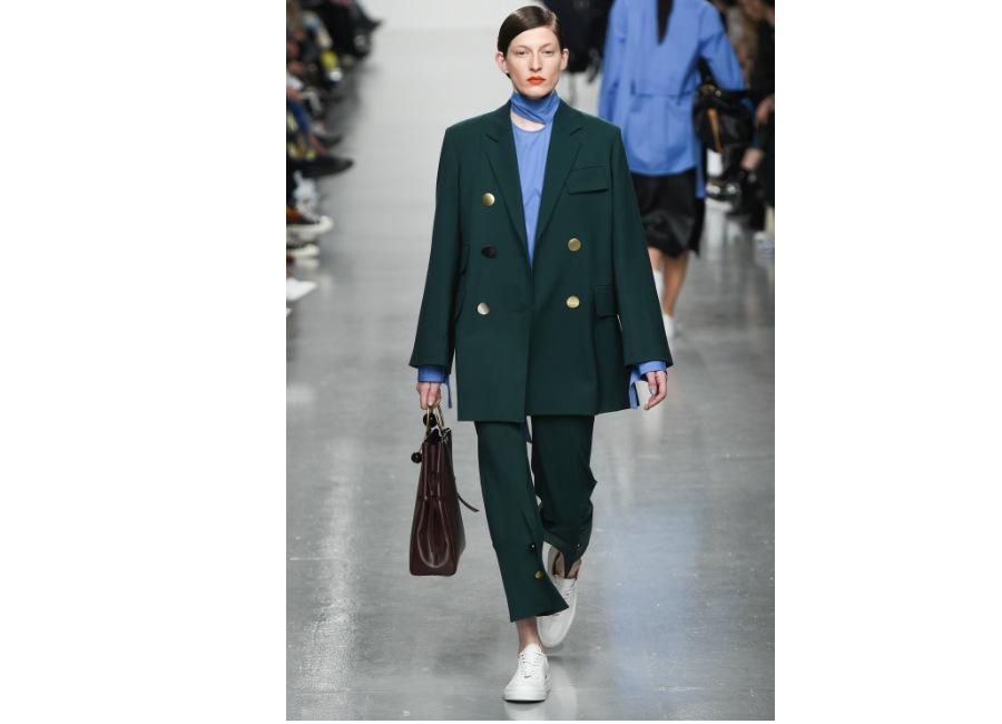 London Fashion Week-EudonChoi_ F/W-2017/2018_giacca over con tasche applicate e grandi bottoni portata con pantaloni alla caviglia ton sur ton. Credits Eudon Choi;